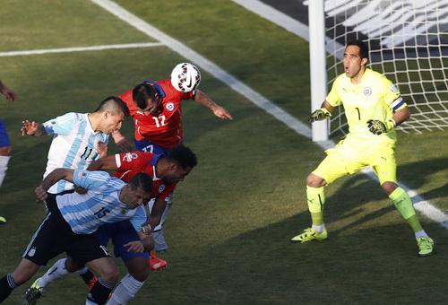 Sergio Aguero không có duyên với pha đánh đầu cận thành ở hiệp một