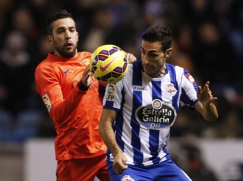 Jordi Alba (phải) tranh chấp với Luisinho của Deportivo