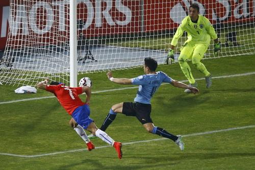 Alexis Sanchez lao người đánh đầu trước khung thành Uruguay