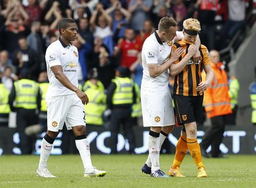 Phil Jones an ủi Paul McShane của Hull City với nỗi buồn rớt hạng