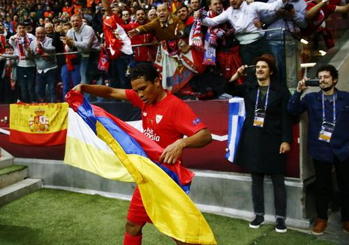 Carlos Bacca ăn mừng bàn thắng thứ ba
