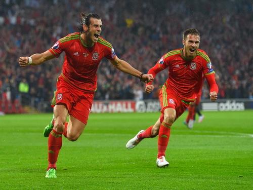 Gareth Bale mừng bàn thắng duy nhất của trận đấu, giúp Xứ Wales lên ngôi đầu bảng