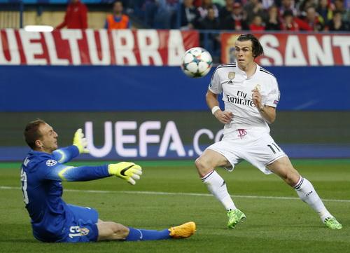 Jan Oblak đối đầu thành công trước Gareth Bale