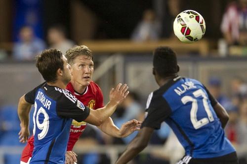 Bastian Schweinsteiger tiếp thêm chất thép cho hàng tiền vệ M.U