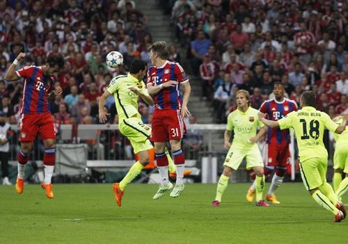 Benatia (trái) mở tỉ số cho Bayern Munich