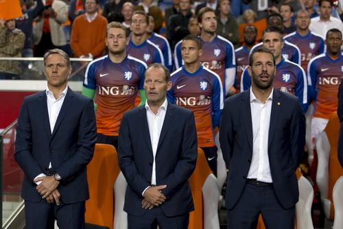 Hai cựu tiền đạo Van Basten và Van Nistelrooy tham gia BHL nhưng các chân sút tuyển Hà Lan thi đấu mờ nhạt