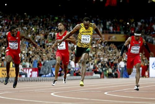 Usain Bolt bị 4 VĐV Mỹ kẹp chặt trên đường chạy