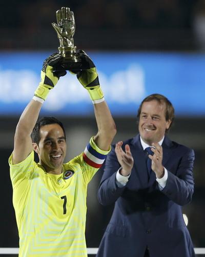 Thủ môn đội trưởng Claudio Bravo và chiếc cúp vô địch đầu tiên sau 99 năm