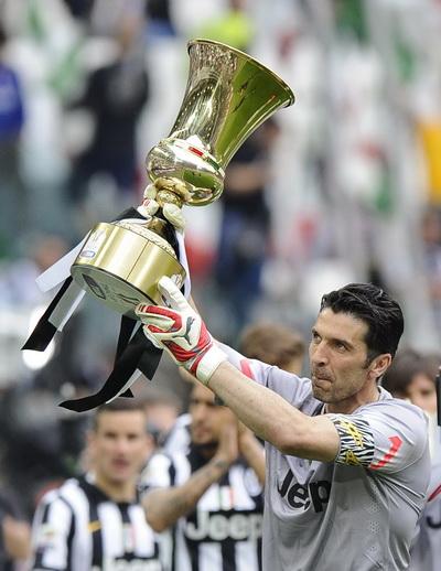 Thủ quân Gianluigi Buffon và chiếc cúp vô địch