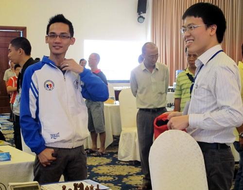 Các kỳ thủ Philippines chúc mừng Lê Quang Liêm sau ván thứ 8