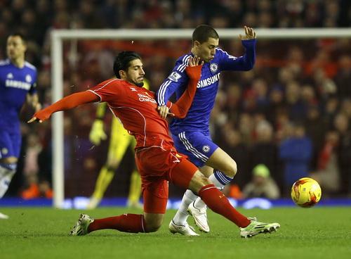Emre Can mất cảnh giác, phạm lỗi với Hazard và phải chịu quả phạt đền phút 18