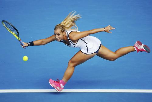 Cibulkova đỡ giao bóng từ Serena