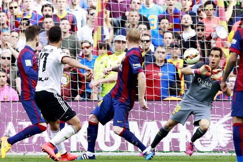 Thủ môn Bravo tỏa sáng trong khung thành chủ nhà Barca