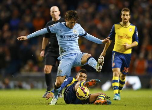 Coquelin cản phá bóng trong chân David Silva (Man City)