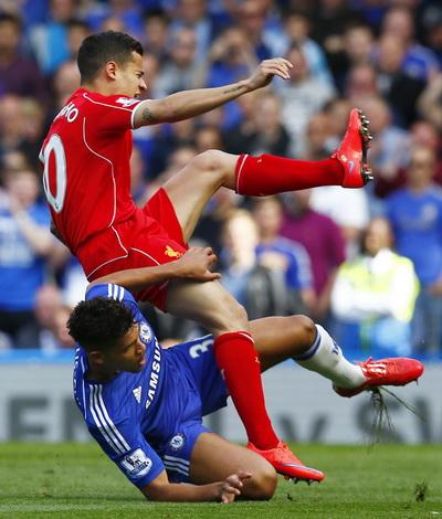 Những pha tranh chấp quyết liệt giữa cầu thủ hai đội trong cả trận