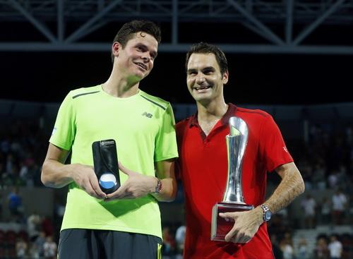 Milos Raonic chia vui cùng Federer sau trận chung kết