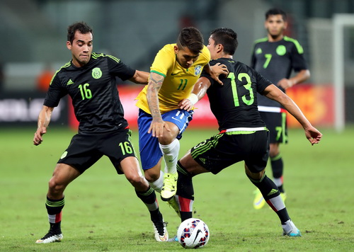 Firmino đi bóng trước hàng thủ Mexico