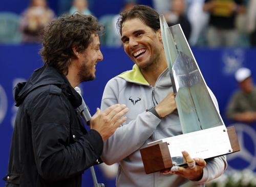 ... và nhận cúp vô địch từ cựu danh thủ Gaston Gaudino