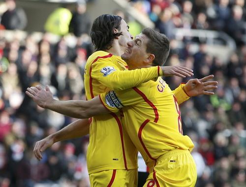 Thủ quân Gerrard chia vui với Markovic sau bàn mở tỉ số của Liverpool