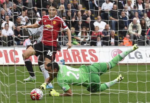 Gomis ghi bàn ấn định chiến thắng 2-1 cho chủ nhà Swansea