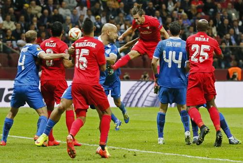 Grzegorz Krychowiak bật cao đánh đầu gỡ hòa 1-1 cho Sevilla