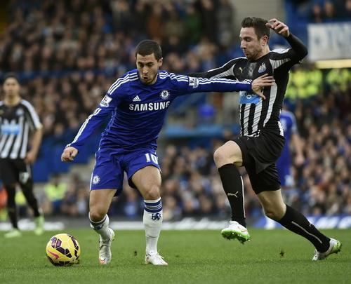 Eden Hazard thi đấu xông xáo, góp công vào hai bàn thắng của Chelsea