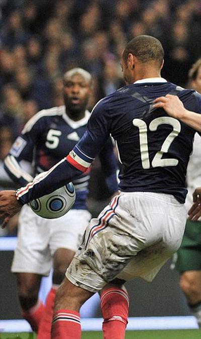 Thierry Henry đã dùng tay chơi bóng