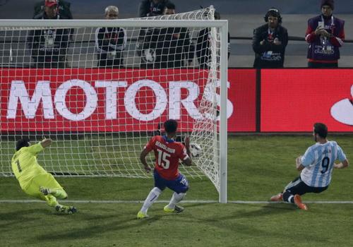 Higuain (9) sút tung nách lưới ở phút 90+2