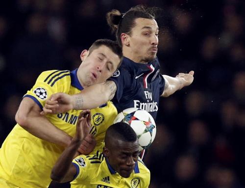 Ibrahimovic phạm lỗi với một cầu thủ Chelsea