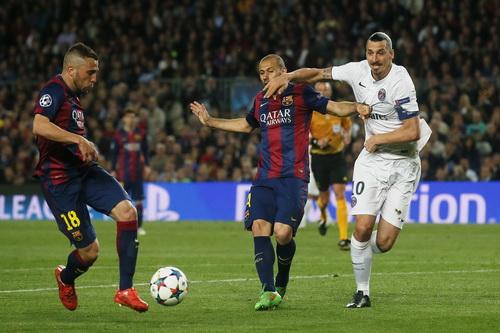 Ibrahimovic bất lực trước hàng phòng ngự Barcelona