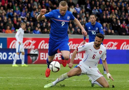 Kolbeiin Sigthorsson (9) vượt qua hậu vệ CH Czech ghi bàn