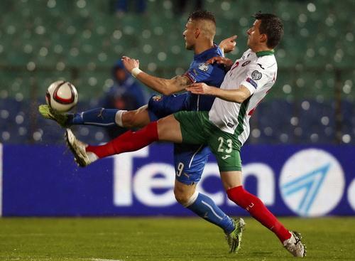 Ciro Immobile (trái) ở trận đấu với Bulgaria