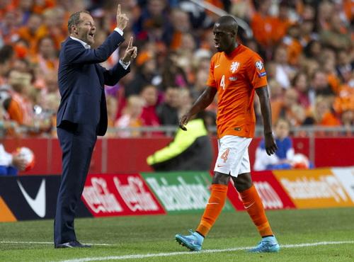 Martins Indi lãnh thẻ đỏ, Hà Lan lâm nguy