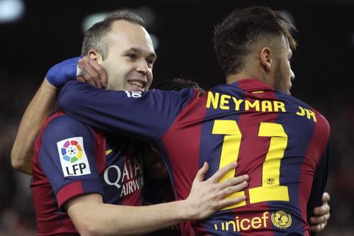 Iniesta an ủi Neymar sau quả phạt 11m không thành công