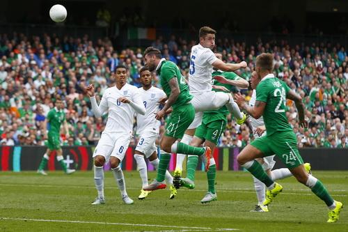 Một pha tấn công của Ireland trước khung thành tuyển Anh