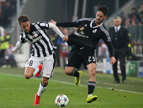 Isco (23) tranh chấp quyết liệt Marchisio