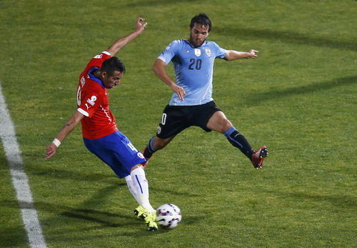 Mauricio Isla (trái) ghi bàn duy nhất cho Chile