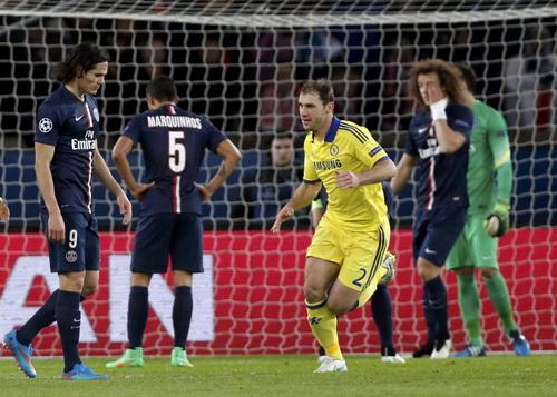 Hậu vệ Ivanovic (giữa) có duyên ghi bàn cho Chelsea