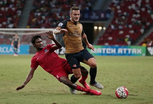 Jack Wilshere đi bóng trước hàng thủ Singapore XI