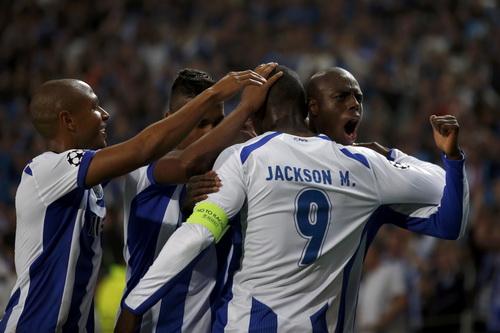 Jacson Martinez chia vui cùng đồng đội sau chiến thắng trước Bayern