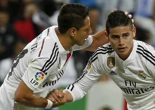 Chicharito chúc mừng James Rodriguez sau pha ghi bàn đẳng cấp