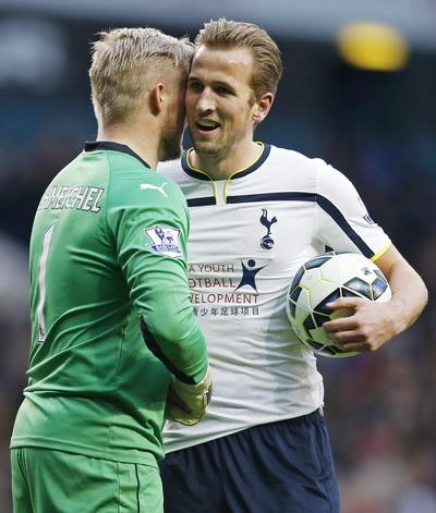 Harry Kane an ủi thủ môn Kasper Schmeichel (Leicester) sau trận đấu