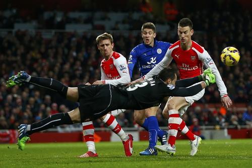 Kramaric (giữa) ghi bàn cho Leicester trước Arsenal
