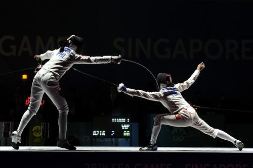 Trần Thị Len (phải) trong trận chung kết