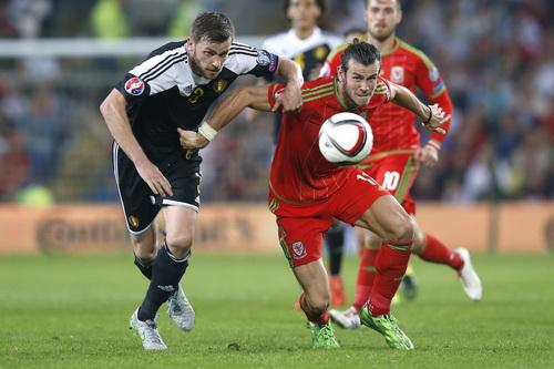 Trận đấu diễn ra sôi nổi ở Cardiff giữa Xứ Wales và Bỉ (trái)