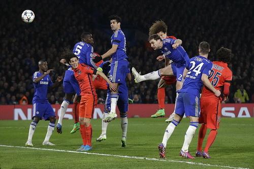 David Luiz (thứ tư, từ phải sang) ghi bàn theo kiểu người Anh để hạ đội bóng Anh