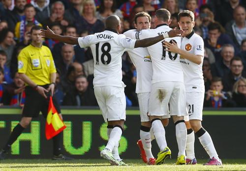 Jan Mata vui mừng cùng đồng đội sau bàn mở tỉ số