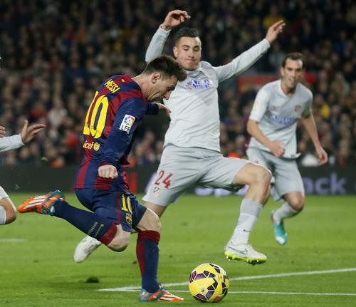 Lionel Messi vất vả trước hàng thủ Atletico Madrid