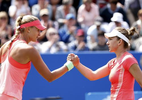 Hạt giống số 1 Simona Halep bất ngờ gác vợt trước Mladenovic (trái)