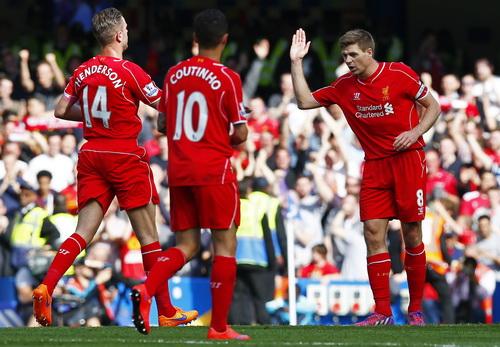Gerrard (8) được đồng đội chia vui sau bàn gỡ hòa 1-1